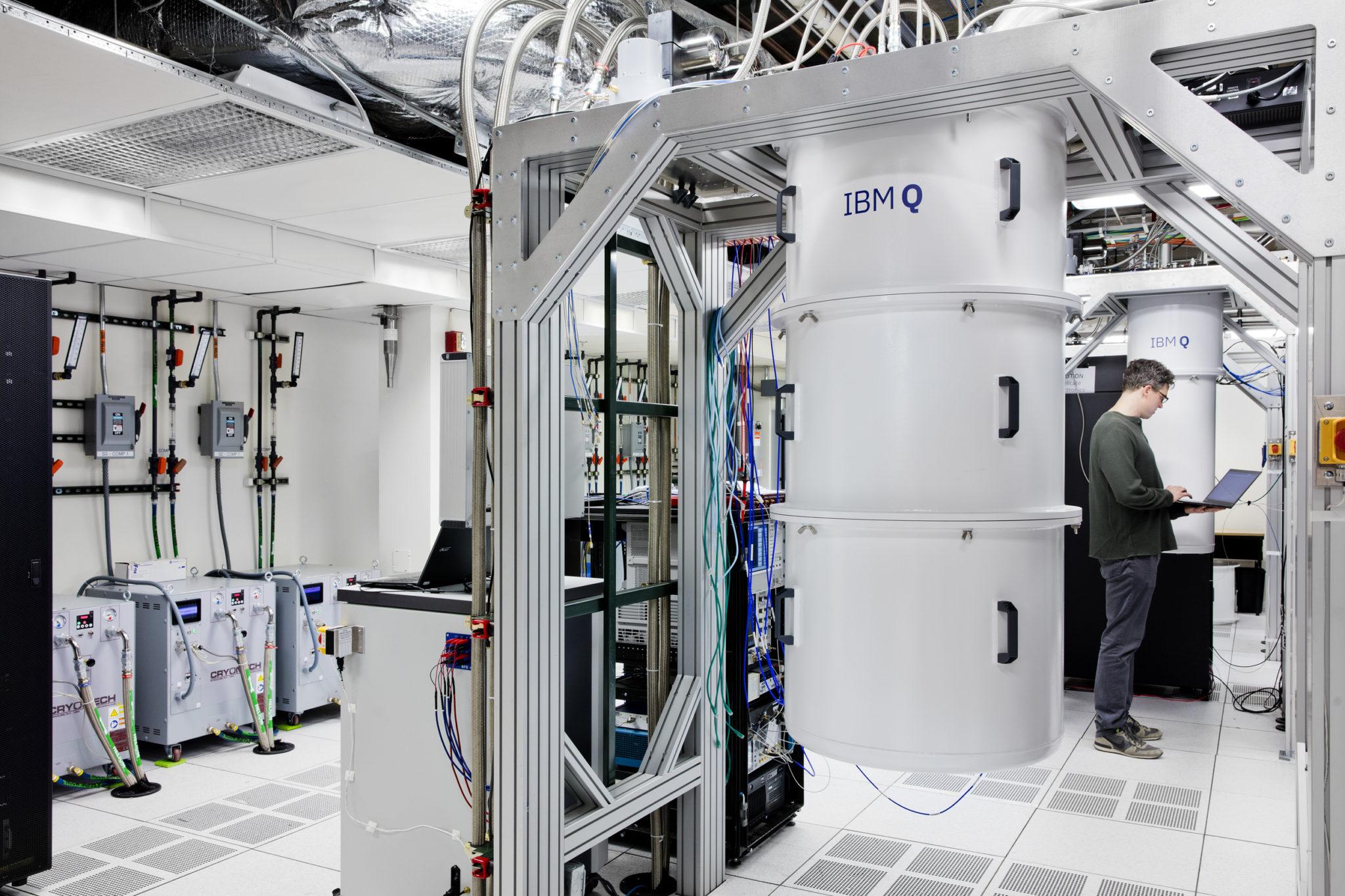 Die weisse Tonne im Bild enthält den IBM-Quantencomputer in New York. Das Labor darum herum ist nötig, da der Qubit-Chip für die Berechnungen extrem kalt und vor elektromagnetischer Strahlung geschützt sein muss.