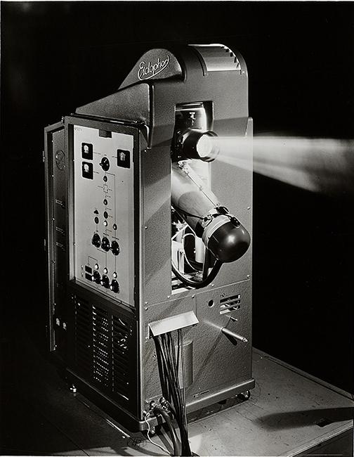 Der Eidophor-Projektor war gut 1.50 Meter hoch und wog um die 360 Kilogramm. Das projizierte Bild mass 4 × 5 Meter.