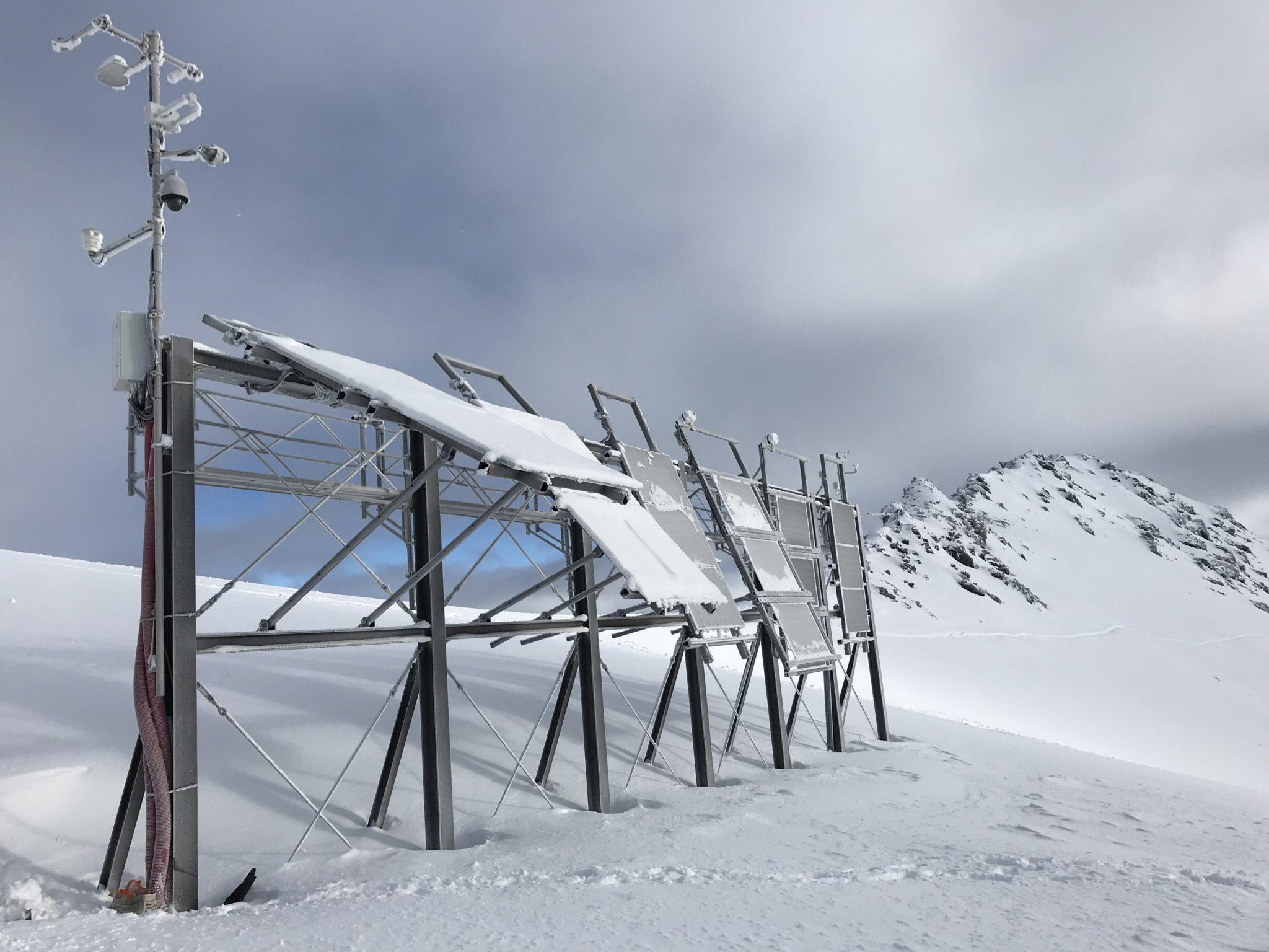 Die Solaranlage bei Davos besteht teilweise aus steil aufgestellten Modulen. So bleibt gefallener Schnee nie lange auf ihnen liegen.