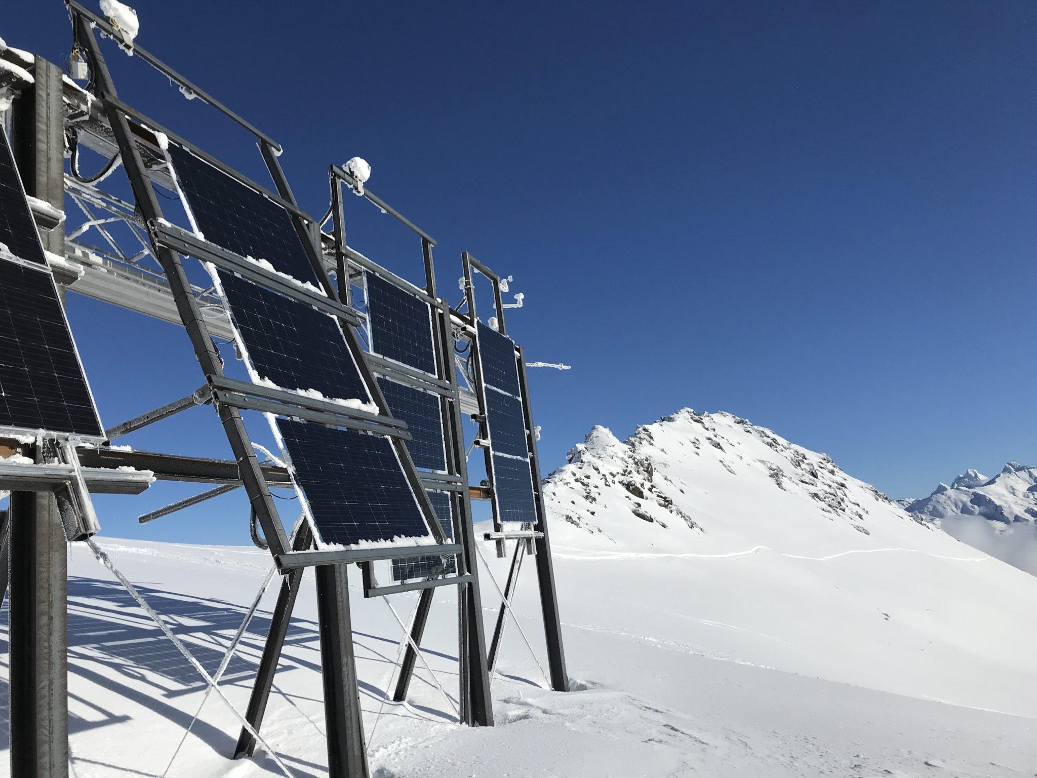 Alpine Solaranlage bei Davos: Sie kann auch die vom Schnee reflektierte Strahlung auf der Rückseite einfangen.