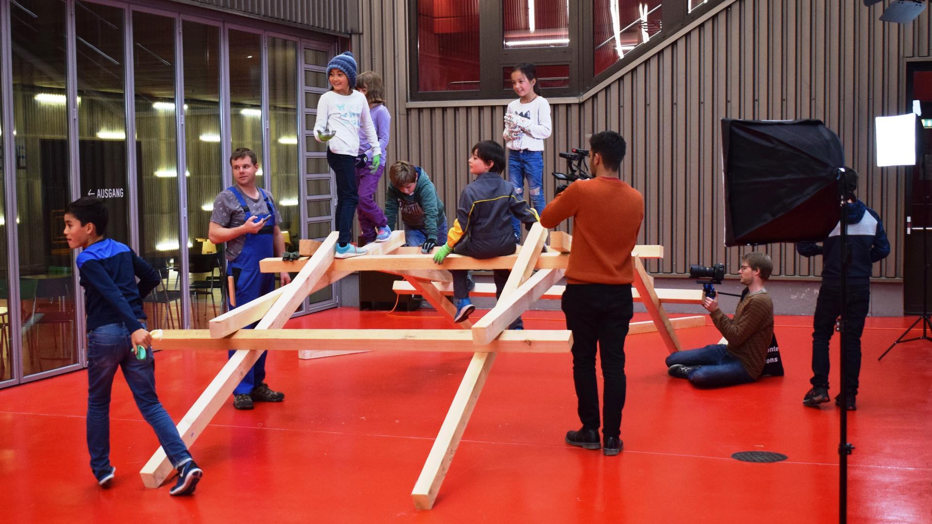 Impression des Videodrehs von der Experimentierreihe «Atlant & Arin» im Technorama in Winterthur.