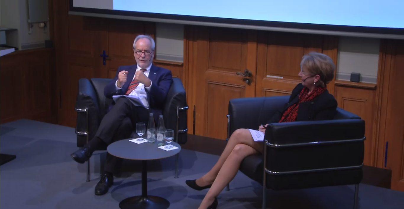 Kommunikationswissenschaftler Otfried Jarren und Uni-Basel Rektorin Andrea Schenker-Wicki im Gespräch an der CHESS Lecture.