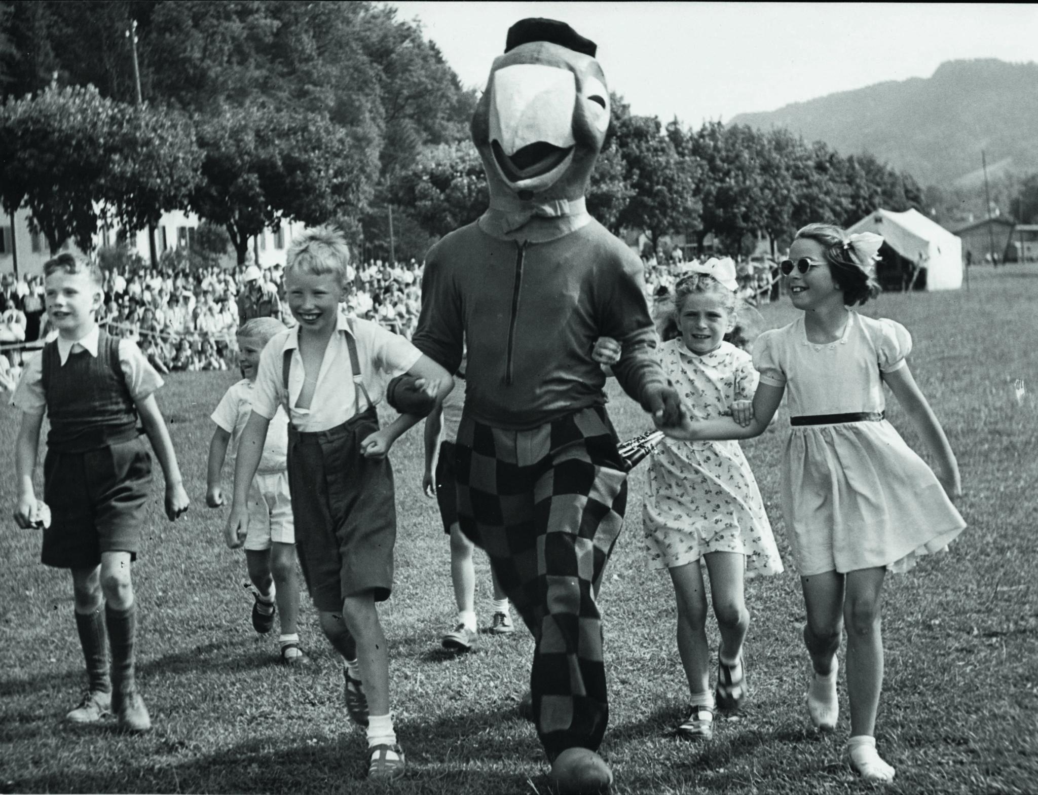 Wo immer Globi auftritt, wird er von Kindern umschwärmt. Hier an den Zürcher Flugtagen auf der Wollishofer Allmend (1948).