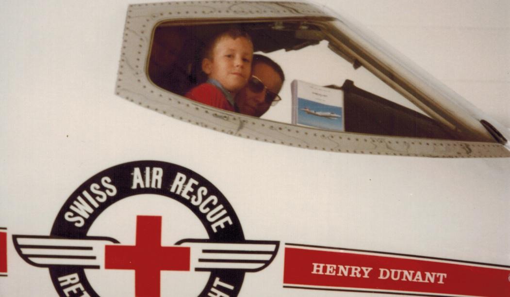 Ursula Bühler Hedinger mit Sohn Beat und Tochter Nannette im Cockpit des Learjets Henry Dunant der Schweizerischen Rettungsflugwacht.