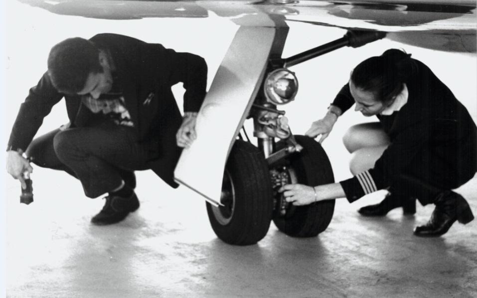 Ursula Bühler Hedinger und Hans Hedinger beim Outside Check am Learjet.