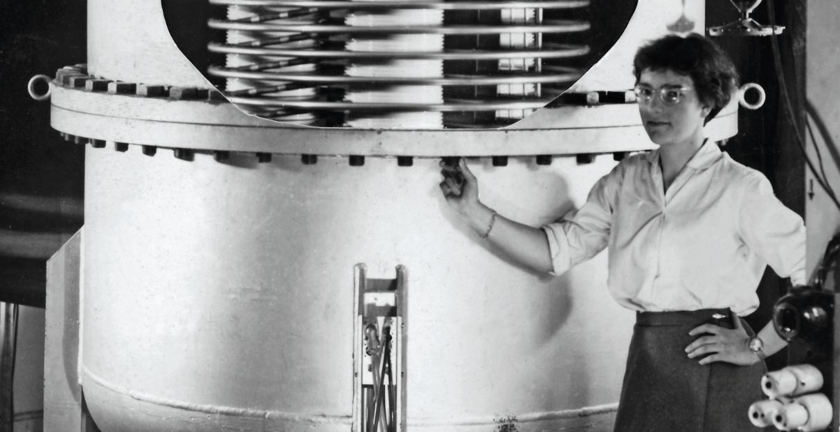 Verena Meyer in einer Aufnahme von 1952 als Studentin. Sie steht neben dem kleinen Van-de-Graaff-Beschleuniger. Das Foto ist eine Collage aus zwei übereinander geklebten Bildern.