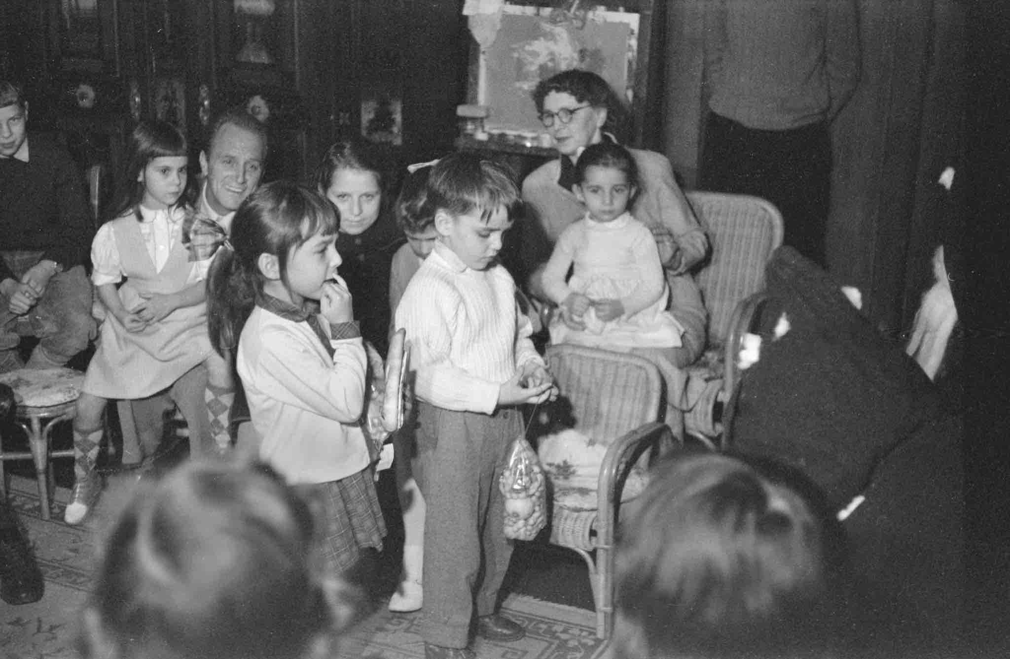 Im Kindergarten wird auch gefeiert. Am 6. Dezember 1956 kommt der Samichlaus. Marie Meierhofer ist beim Fest dabei.
