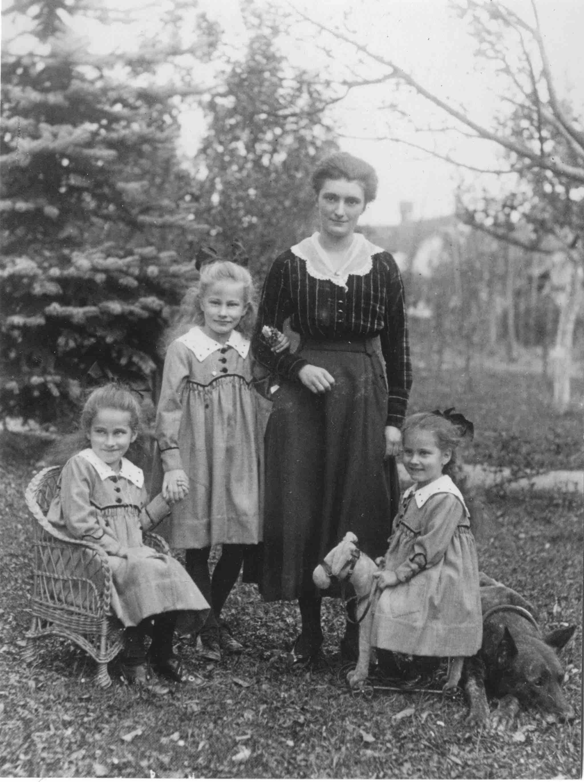 Das Kindermädchen Germaine Borgeaud war sehr wichtig für die Schwestern (v.l.n.r.) Emmi, Marie und Albertine. Oft dabei auch die Dogge Cäsar (1917).