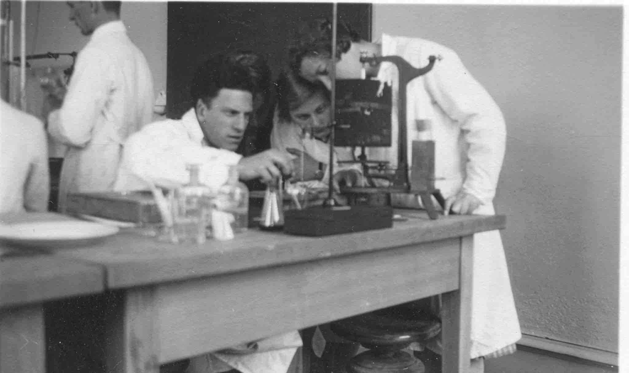 Marie Meierhofer mit einem Kollegen im Labor.