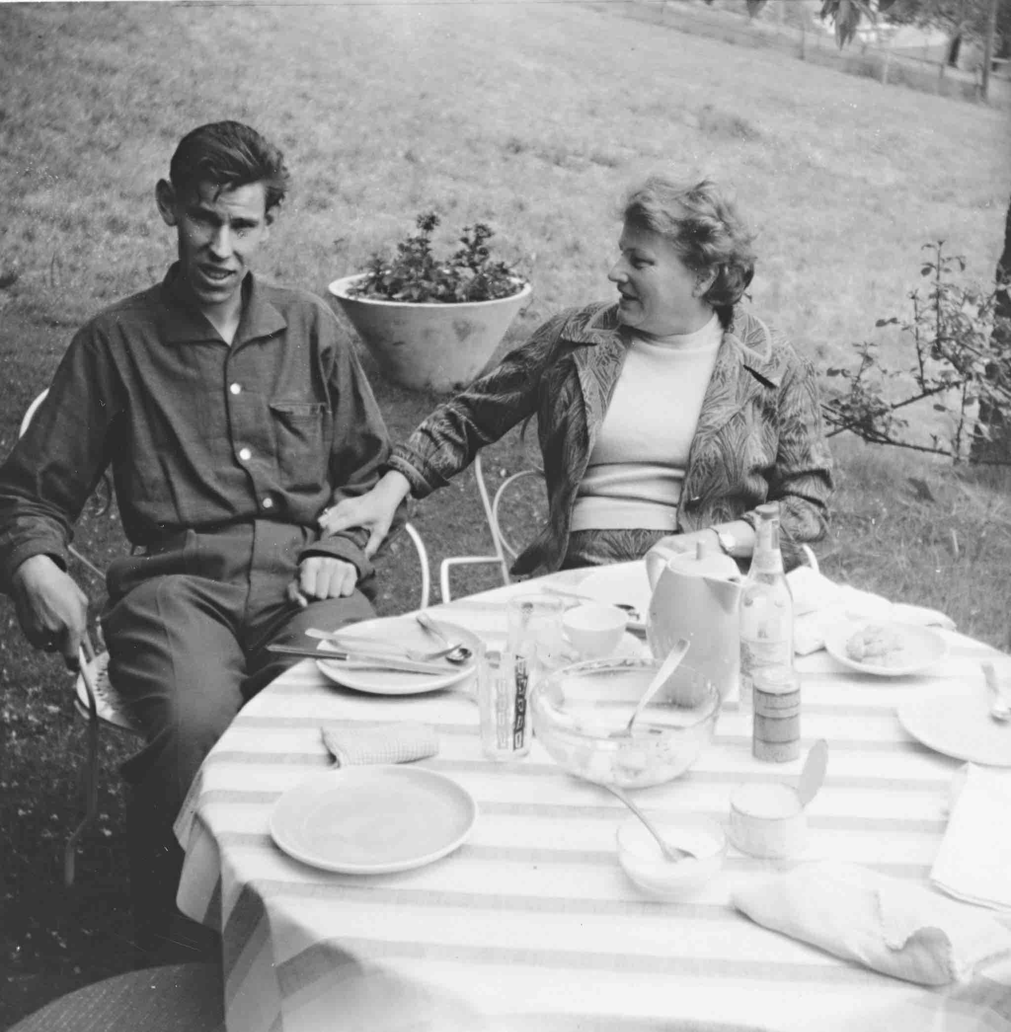 Marie Meierhofer mit ihrem behinderten Adoptivsohn Edgar nach der Rückker nach Ägeri (1962).