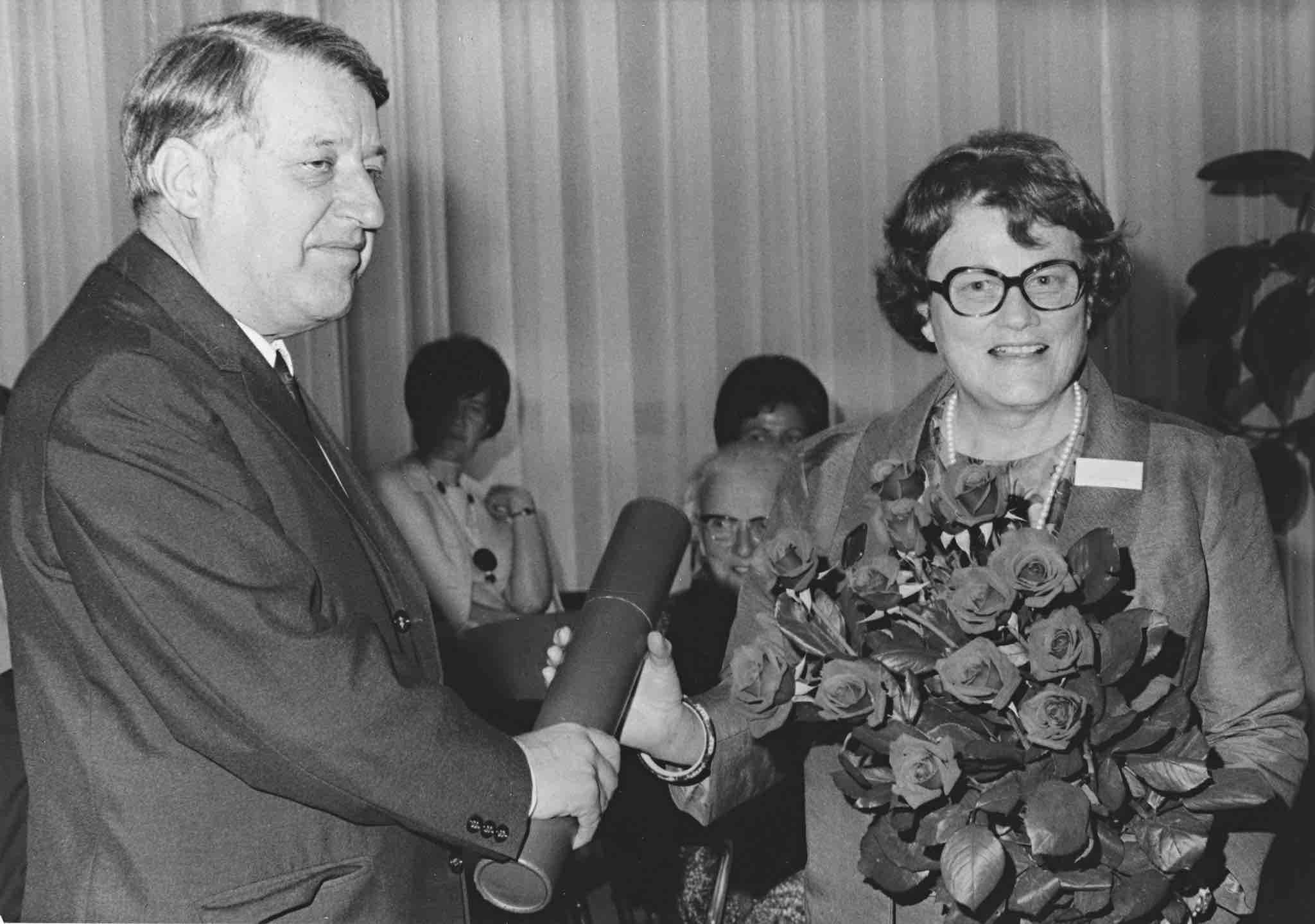 Überreichung des Dr. h. c. durch Professor Kurt von Fischer (1974).