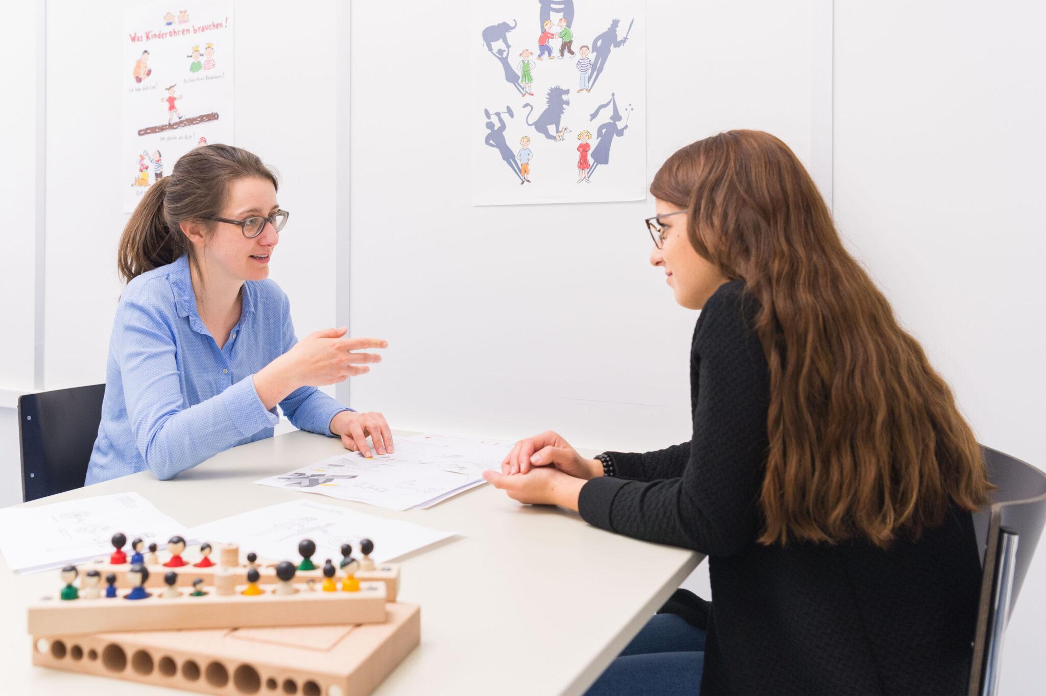 Psychologin Nina Zeltner (links) bei der Arbeit: Auch bei jugendlichen Patienten helfen die Illustrationen, eine gemeinsame Basis für das Therapiegespräch zu finden.