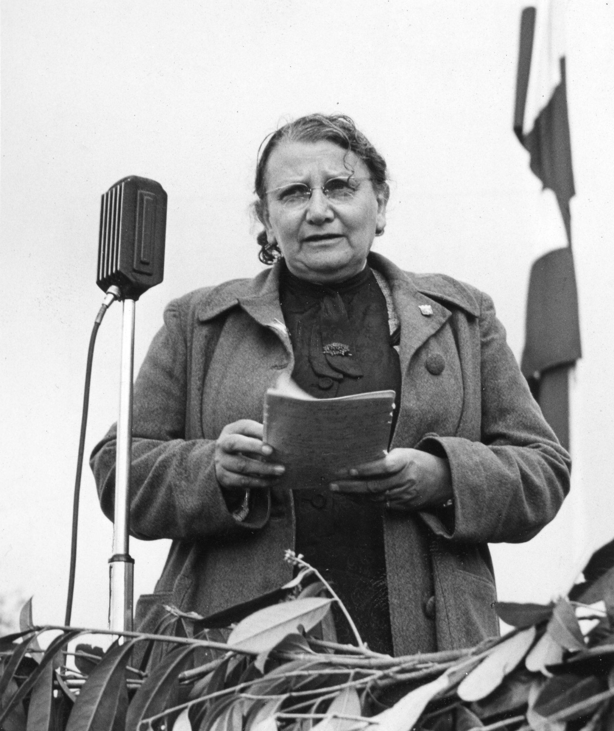 Regina Kägi-Fuchsmann in Saint-Lô (F), wo sie Säuglingszentren und Kinderkrippen aufgebaut hat, eine Rede haltend (1945).