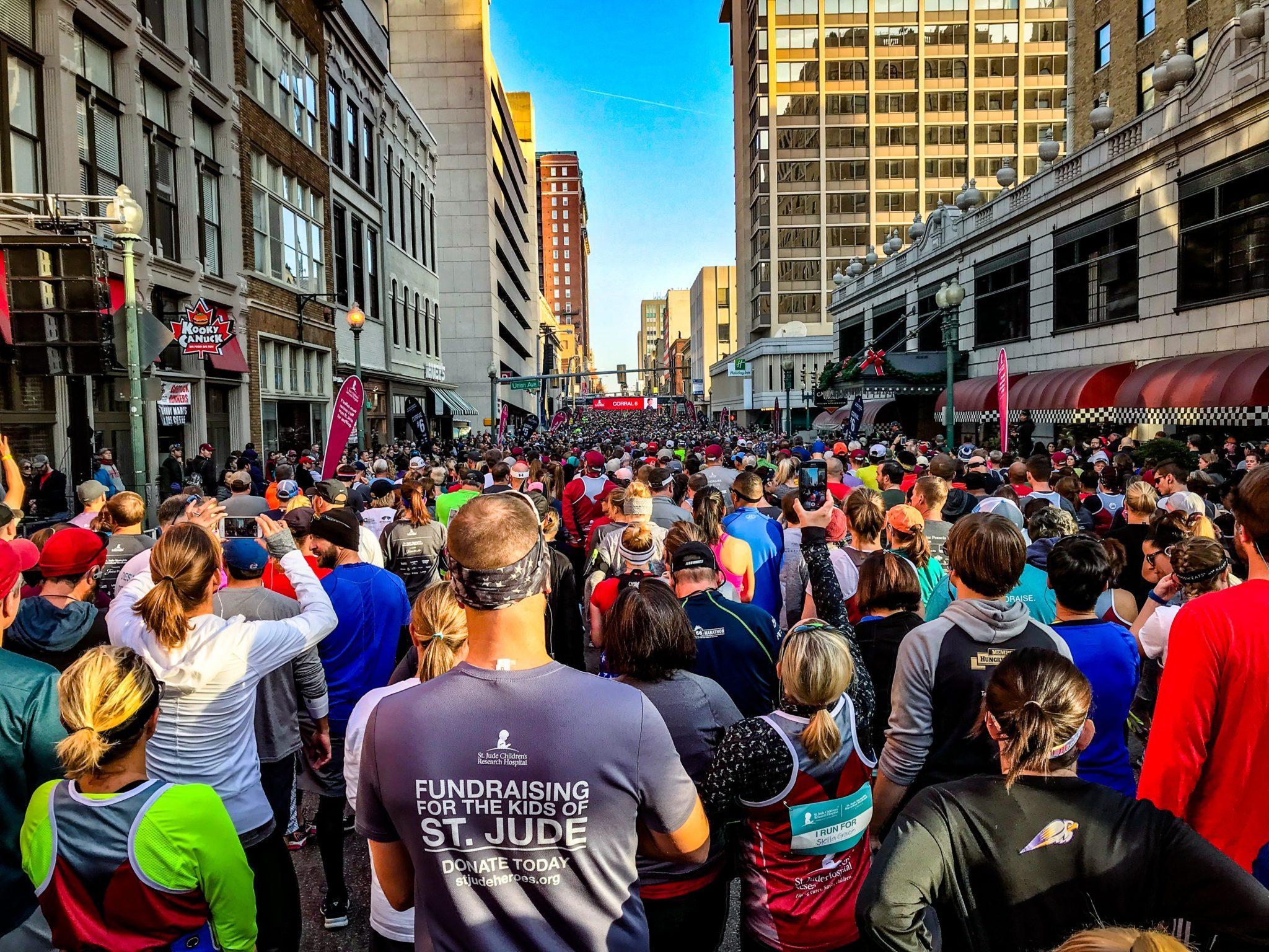 Menschenmenge am Start des Memphis Marathons.