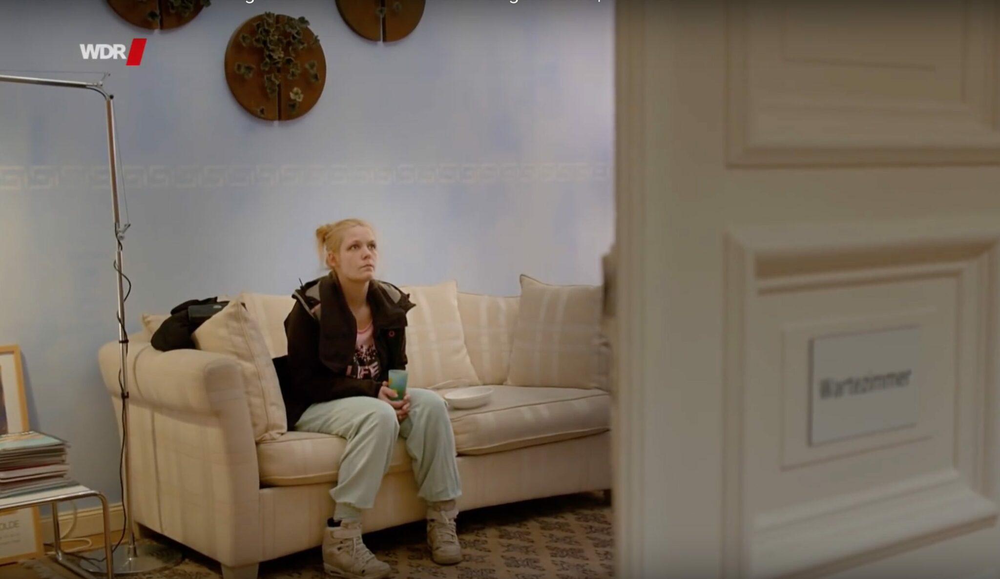Szene aus dem Dokumentarfilm «Alkoholkinder»: Jenny, deren Mutter während der Schwangerschaft Alkohol getrunken hatte, braucht ärztliche Unterstützung.
