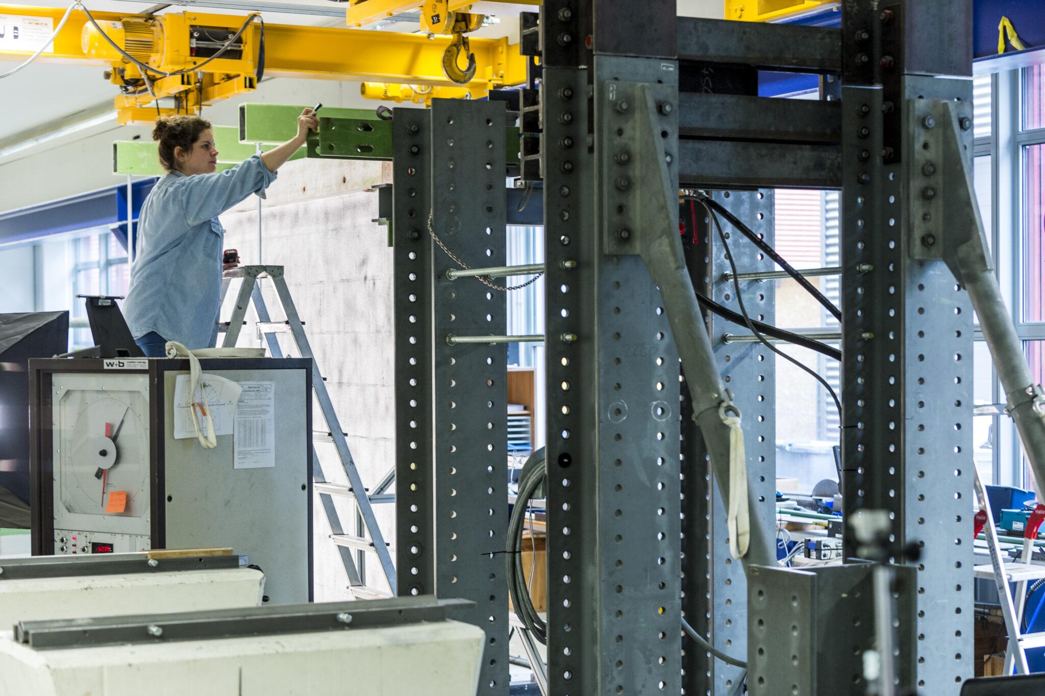 Kommt ein neues Baumaterial auf den Markt, muss seine Erdbebensicherheit vorher überprüft werden. Das Team der Prüfstelle der Hochschule Luzern simuliert dazu Belastung und Bewegung, die während eines Erdbebens auf eine Mauer einwirken.