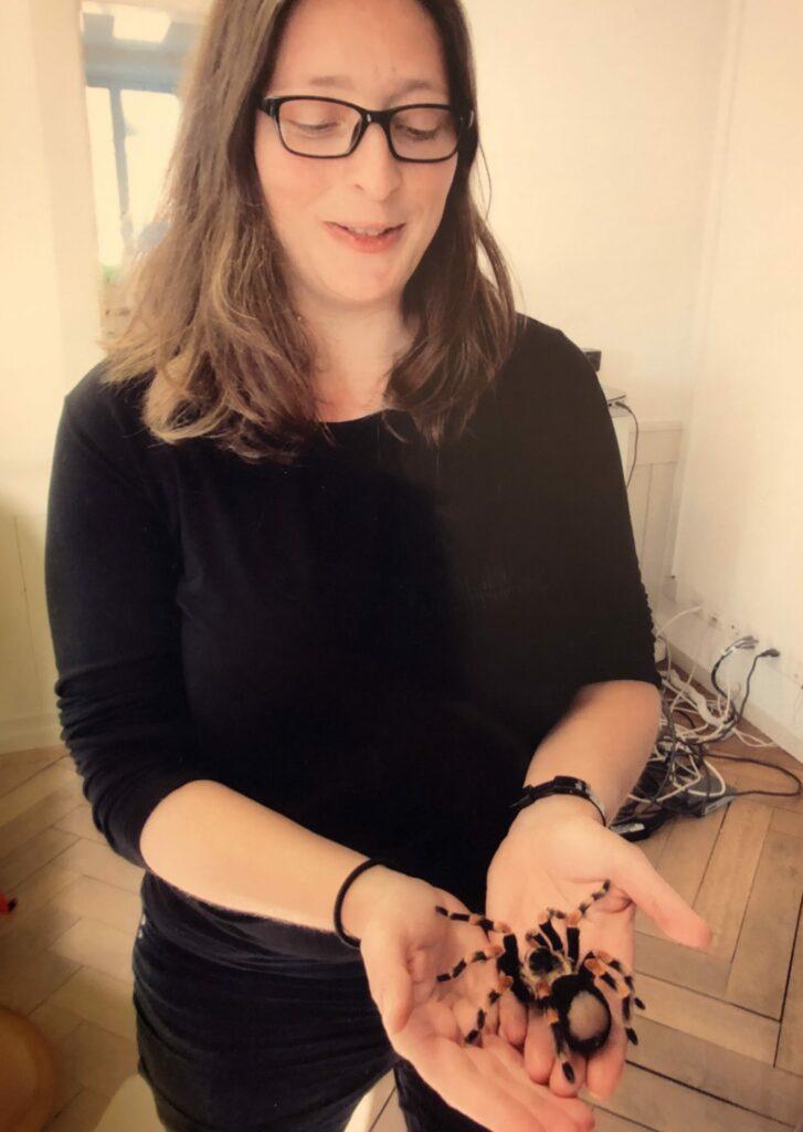 Autorin Santina Russo mit einer Spinne, stolz und erleichtert.