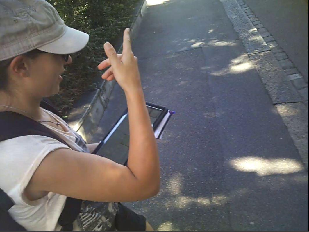 Eine Frau testet eine Karten-App der Uni Zürich, welche den Menschen in die Navigation einbezieht.