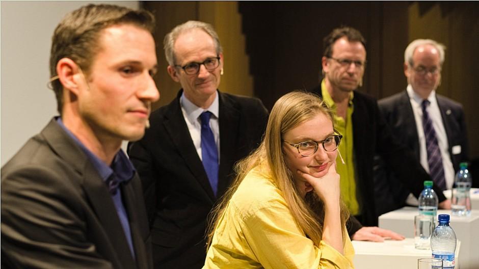 Äusserten sich zu Finanzierungsmodellen im Journalismus (v.l.): Yves Kilchenmann von nau.ch, Lukas Hässig von «Inside Paradeplatz», Clara Vuillemin von der «Republik», Beat Glogger von higgs.ch und Medienprofessor Otfried Jarren.