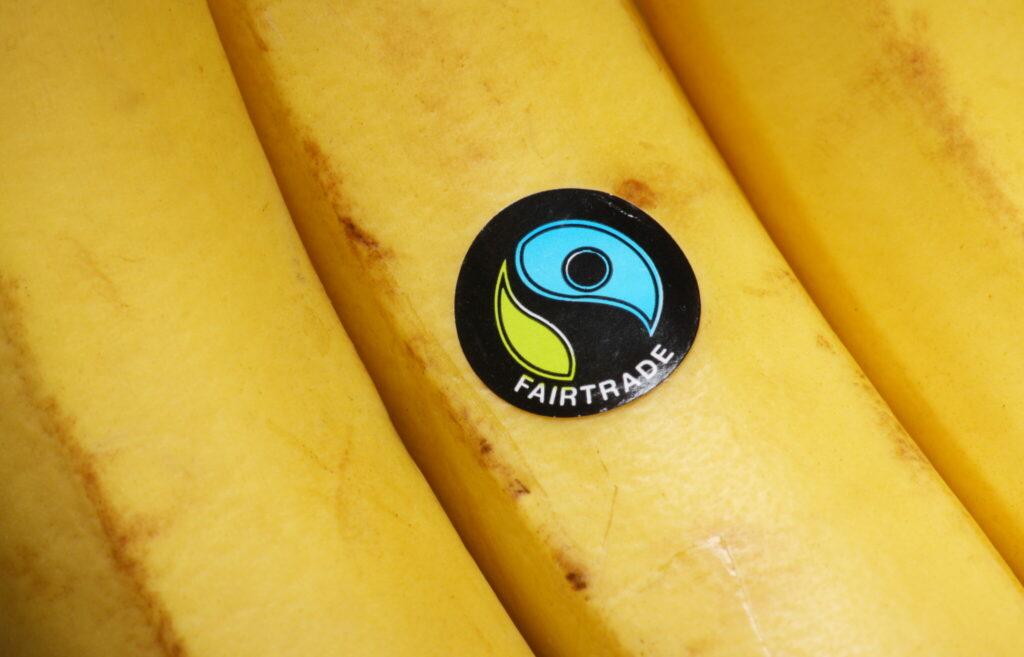 Das Fair-Trade-Label suggeriert, dass der Kauf dieser Bananen den Produzenten in armen Ländern hilft. Doch das ist nicht unbedingt der Fall.