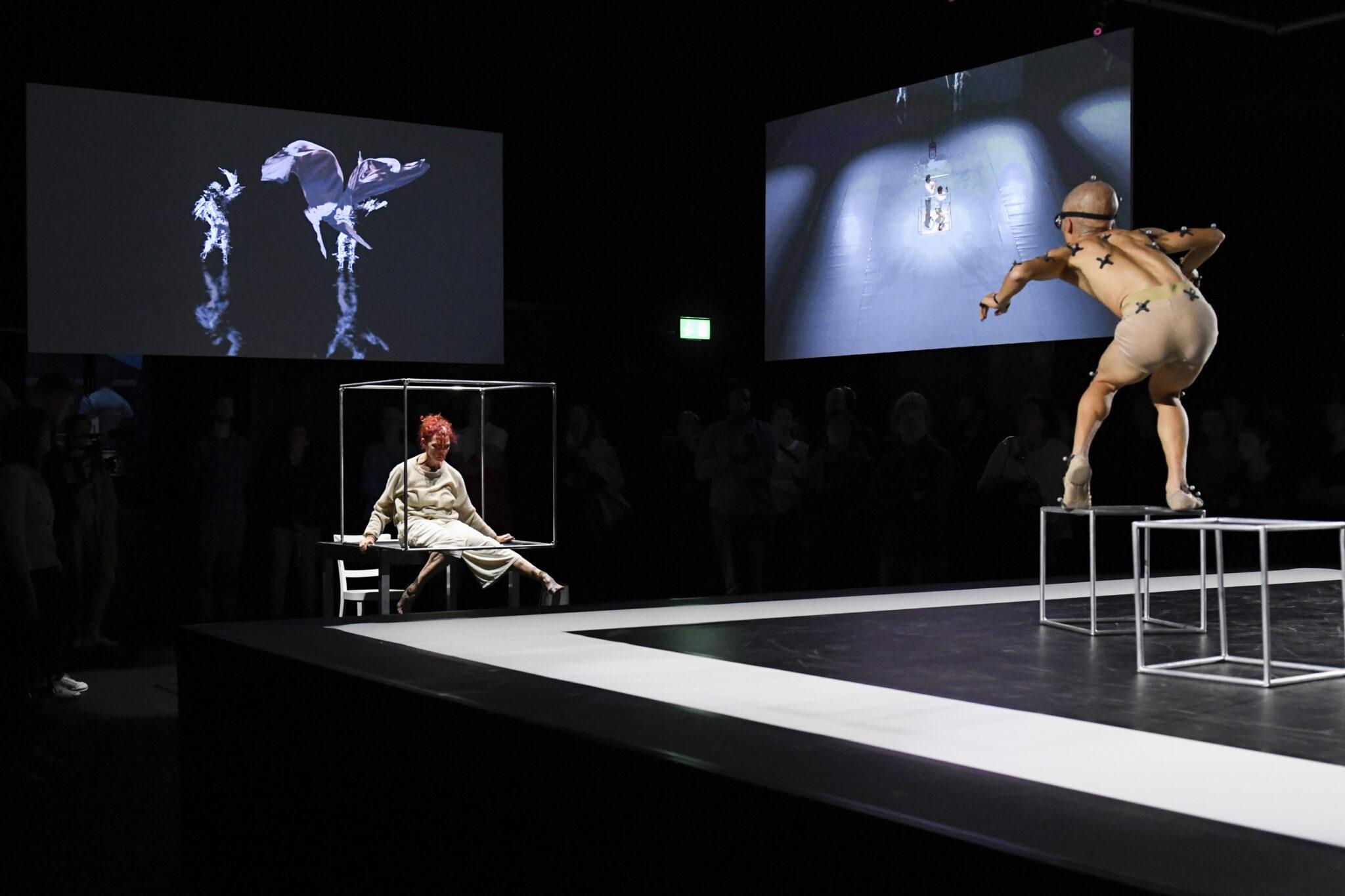 In der Performance «The Hidden Formula», einem Forschungsprojekt der ZHdK, animieren Tänzer virtuelle Charaktere auf einer Leinwand.
