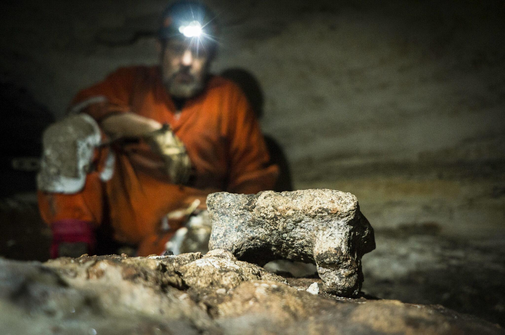 Archäologe Guillermo de Anda sitzt in einer Höhle der Maya-Ruinen von Chichén Itzá, Yucatan, Mexiko.