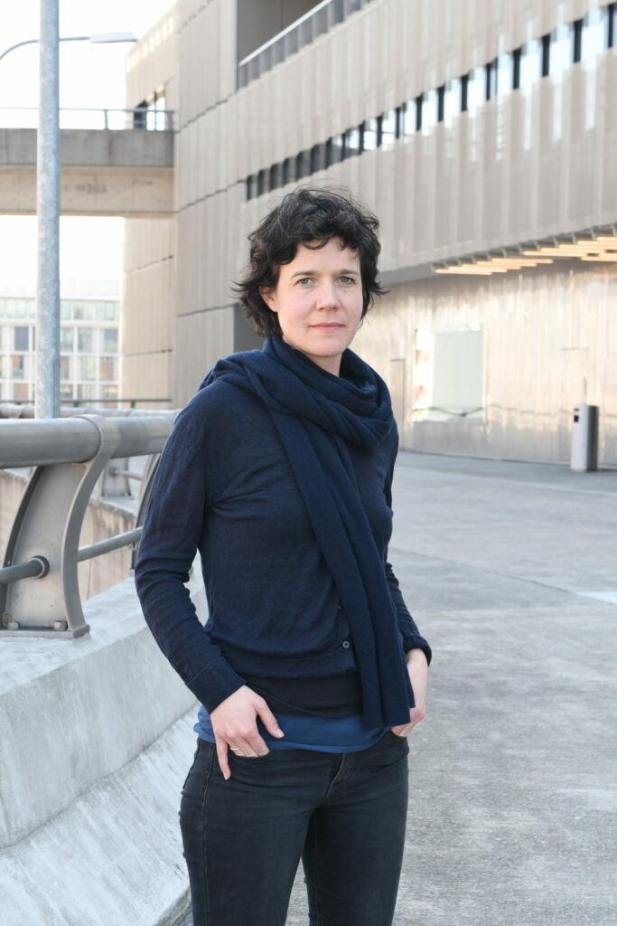 Im Rahmen ihres Forschungsprojekts lebte die forschende Künstlerin Julia Weber drei Wochen lang unter herumlungernden Arbeitslosen. Mit den daraus gezogenen Erkenntnissen plant die Schweizerin eine Performance im öffentlichen Raum.