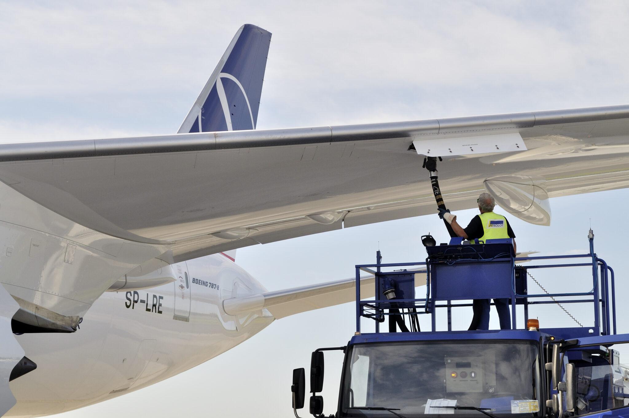 Eine Boeing 787 wird betankt.
