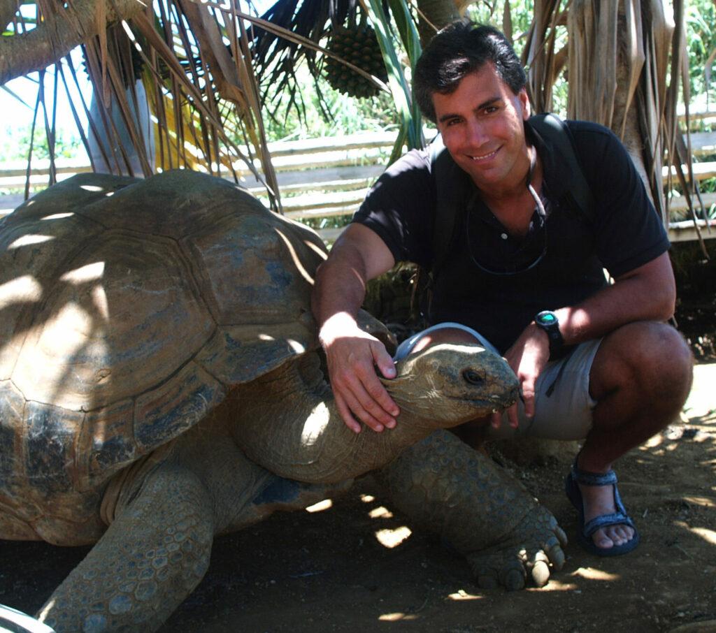 US-Biologe Craig Stanford mit Riesenschildkröte
