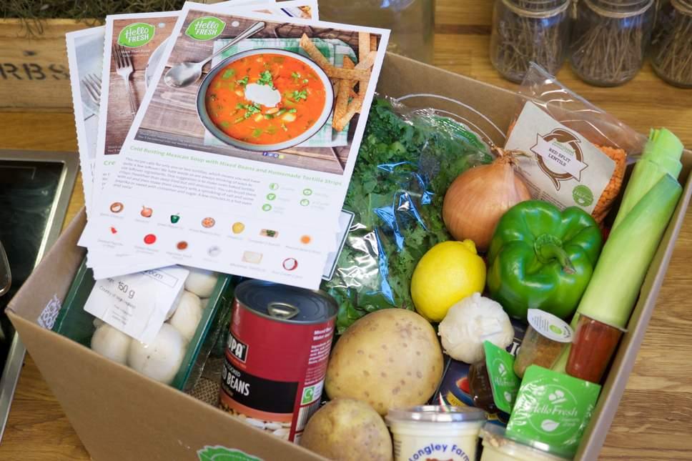 Eine Kochbox mit Gemüse etc.