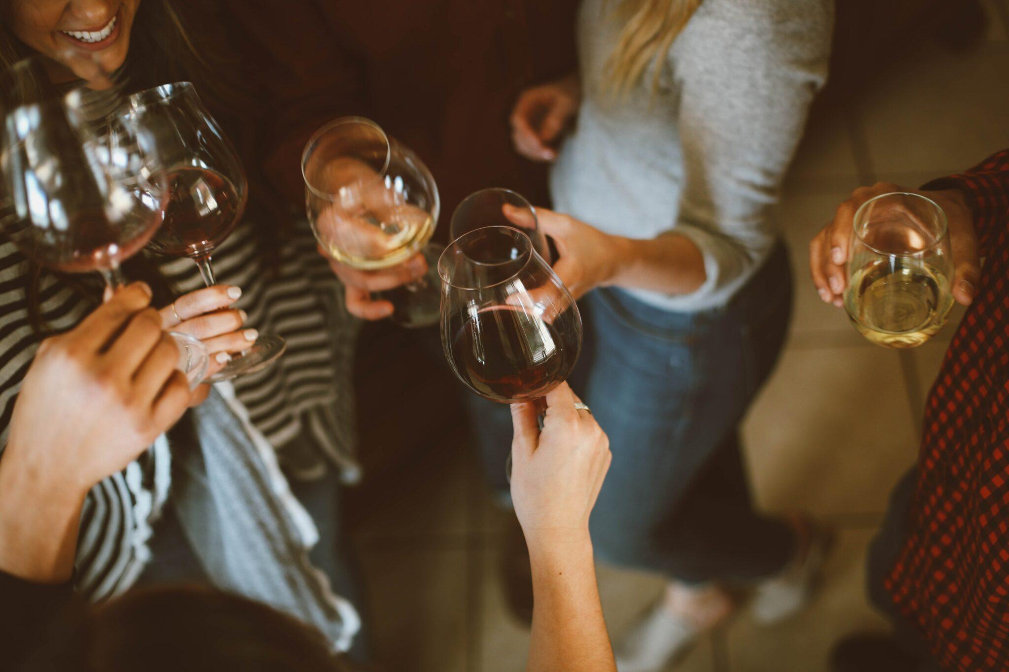 Frauen mit Weingläsern stossen an