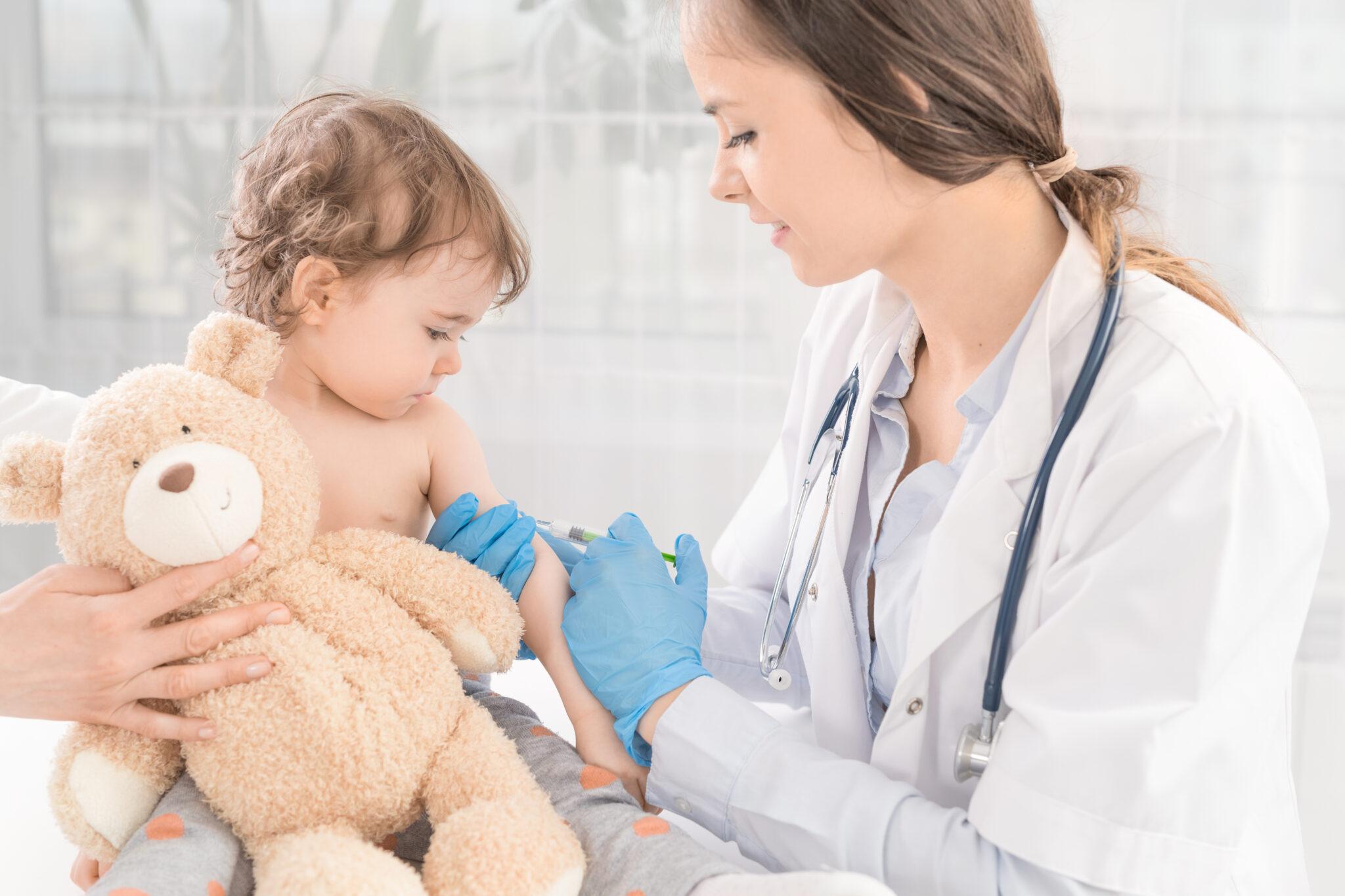 Arzt impft Kind