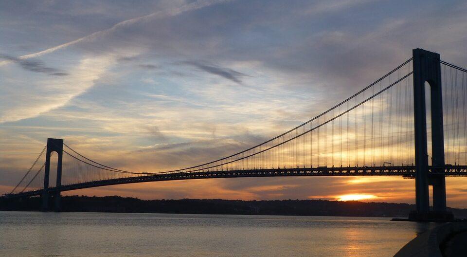 Die Verrazzano-Narrows-Bridge über der Hafeneinfahrt von New York.