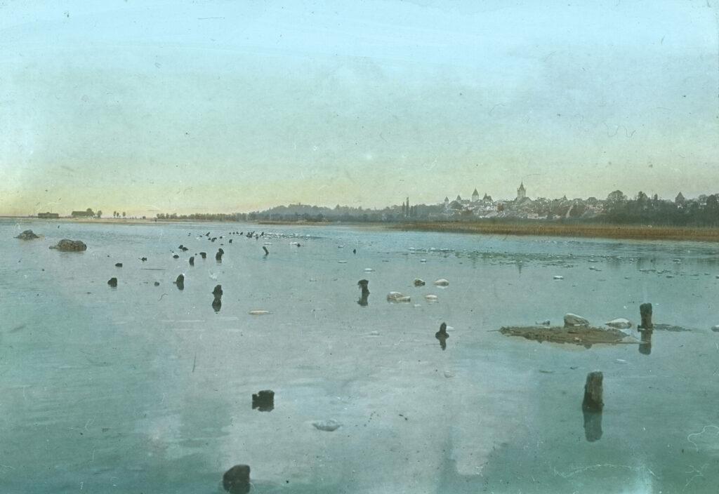 Pfahlbauersiedlung im Neuenburgersee bei Estavayer-le-Lac. Das Bild entstand im Jahr 1921.