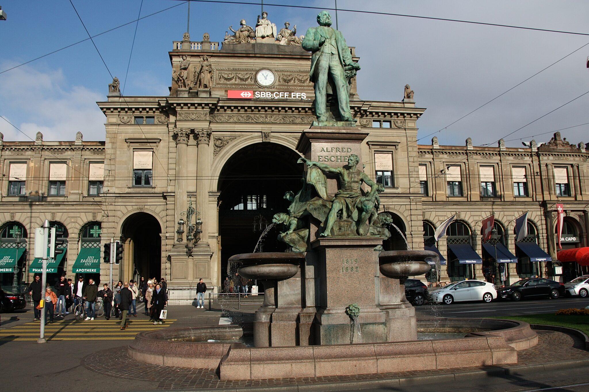 Escher-Statue vor dem Zürcher Hauptbahnhof