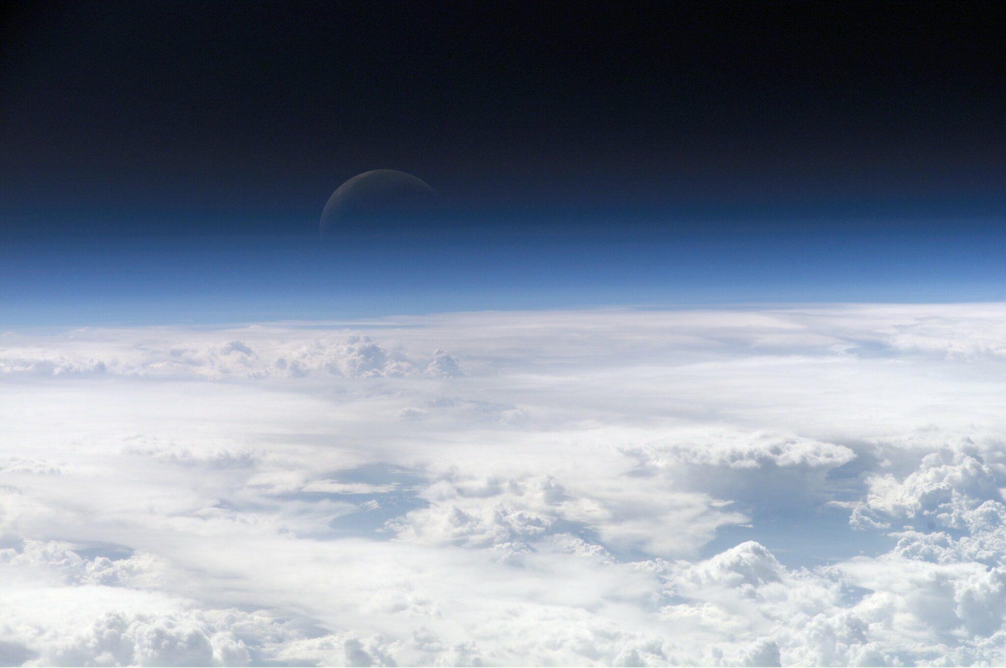 Die oberen Schichten der Erdatmosphäre, gesehen von der Internationalen Raumstation (ISS) während der ISS-Expedition.