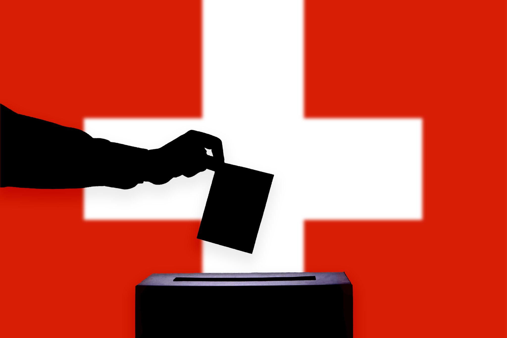Hand mit Stimmzettel