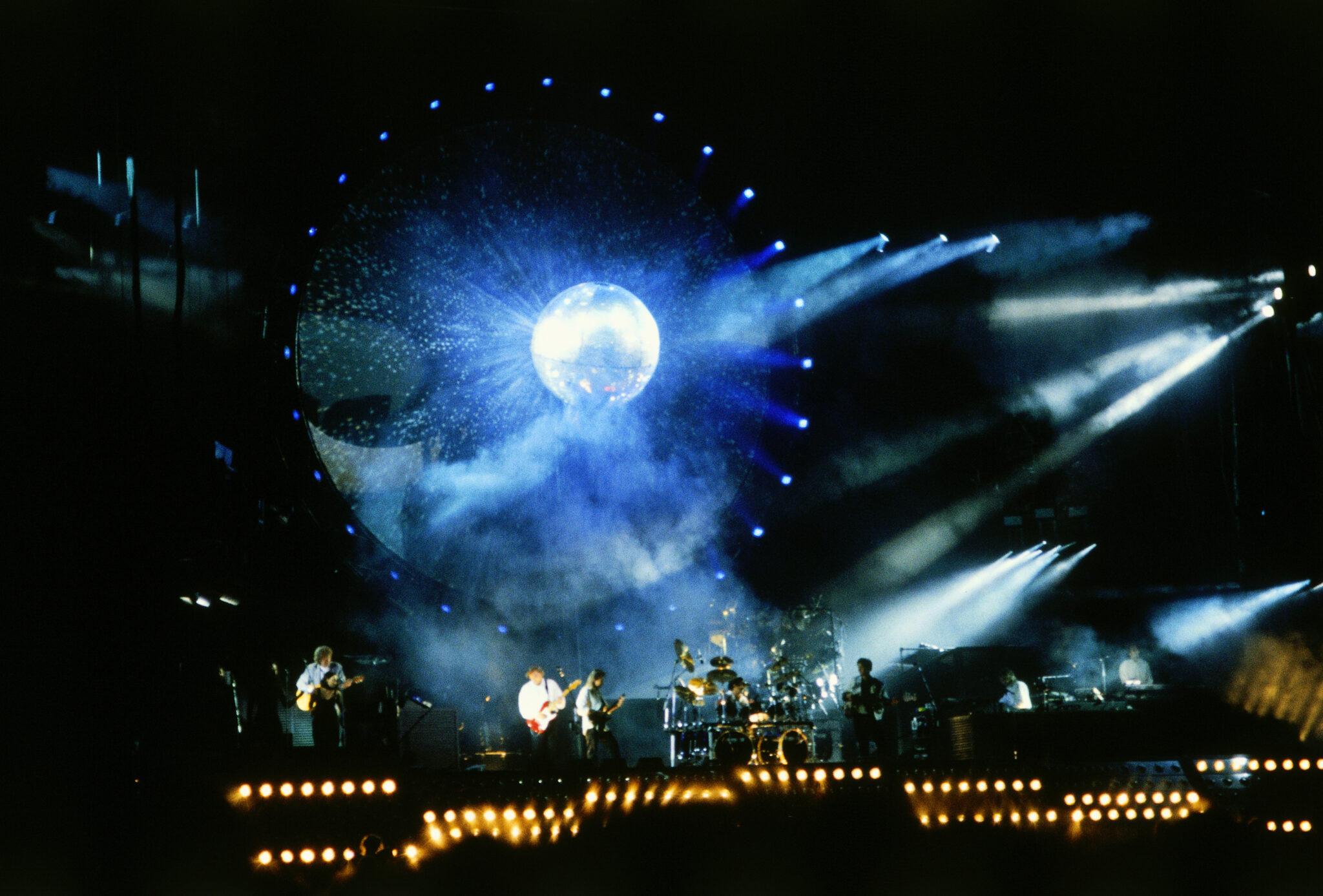 Pink Floyd, brit. Popmusik Gruppe, 1965 gegruendet, waehrend Konzert, Olympiastadion Muenchen, 1994, Tournee, Tour, Buehne, Auftritt, Rockkonzert, Popkonzert, Buehnenshow, Show, Illumination, Lichtshow, Pop, Rock, Musik, (KEYSTONE/INTERFOTO/Stephan Rumpf)