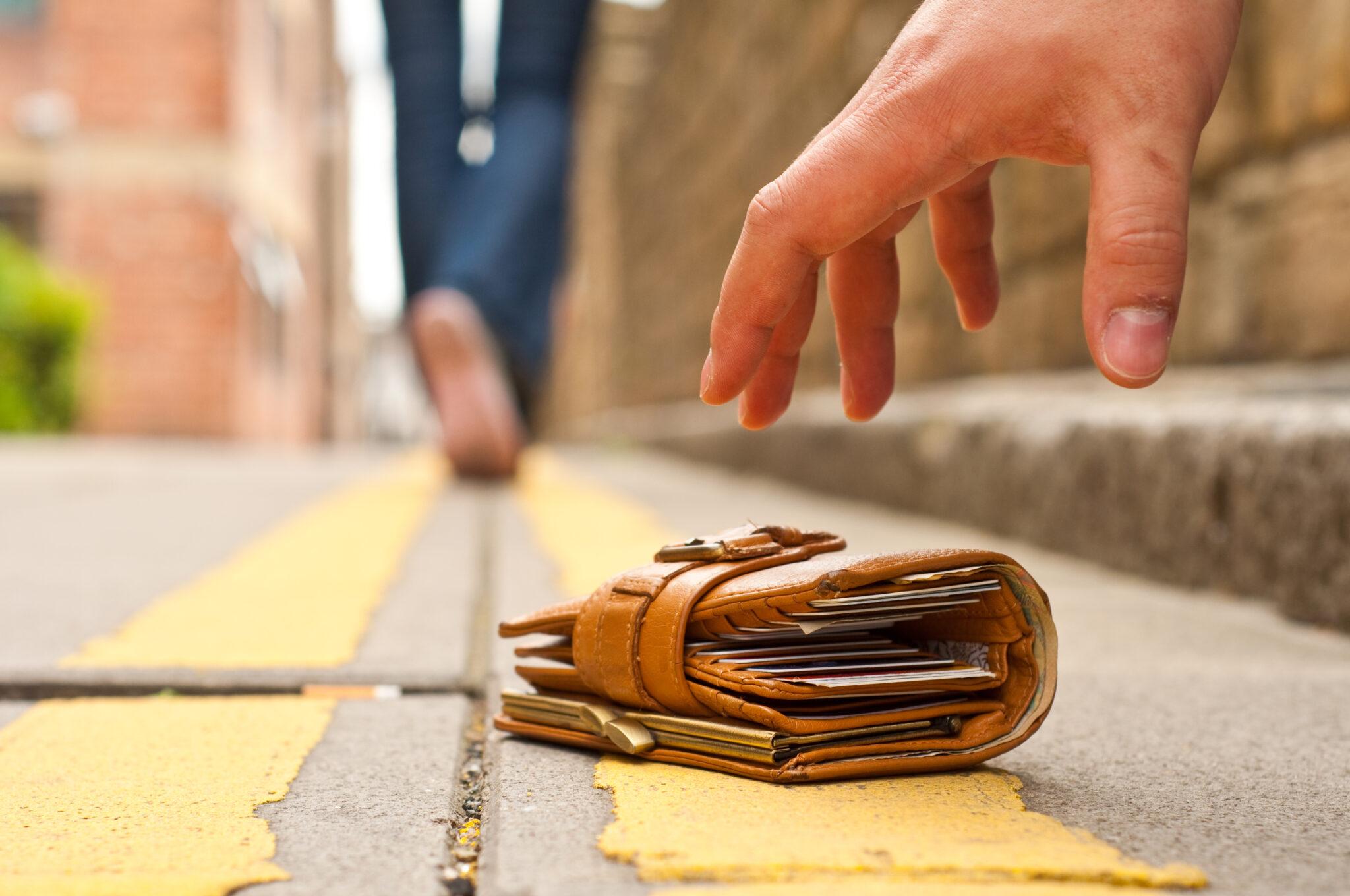 Wer eine gefundene Geldbörse mit viel Geld behält, fühlt sich wie ein Dieb.