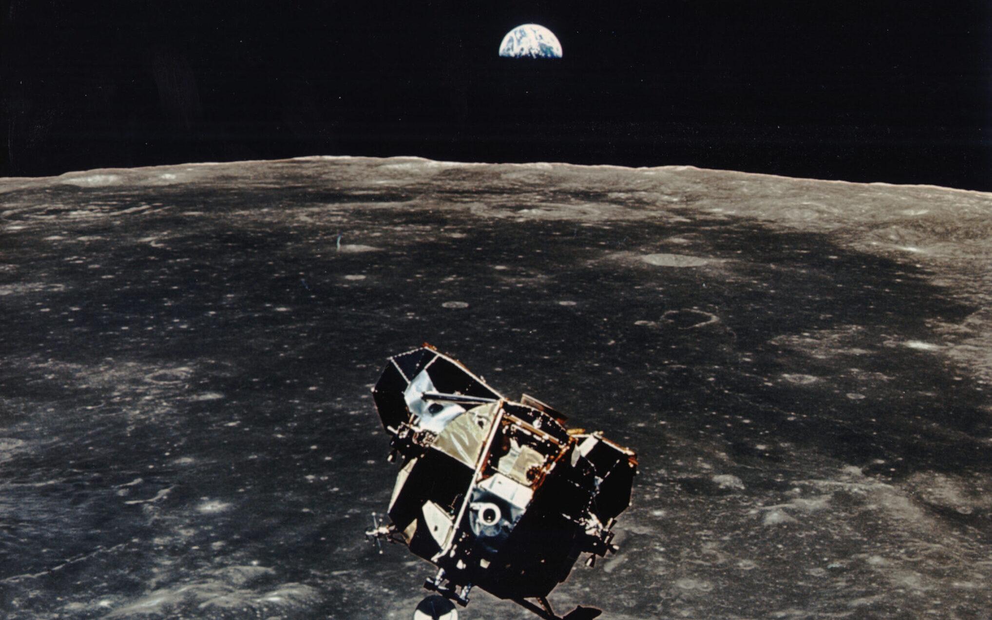 Die Mondlandefähre über dem Mond und die Erde im Hintergrund
