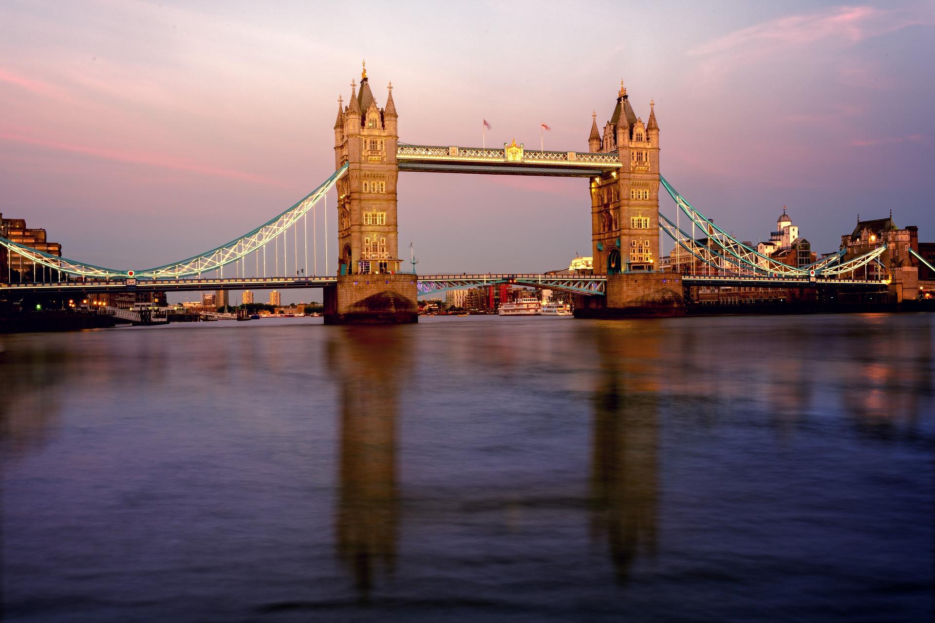 Themse in London bei Sonnenuntergang, im Hintergrund die London Bridge