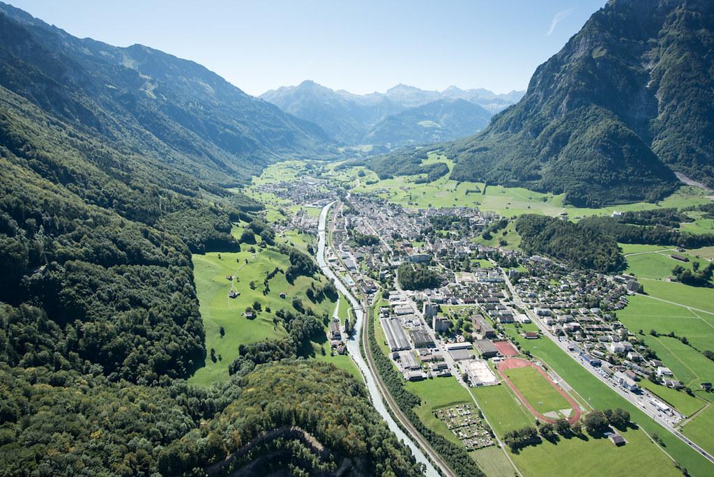 Gemeinde Glarus von oben, Berge im Hintergrund
