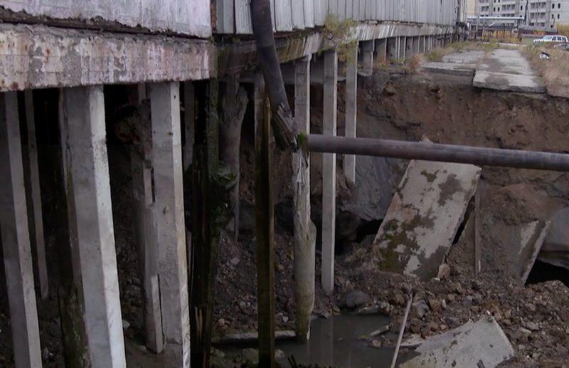 Bei einer Wasseraufbereitungsanlage in der Provinz Jakutien in Russland sackt bereits die Erde ein.