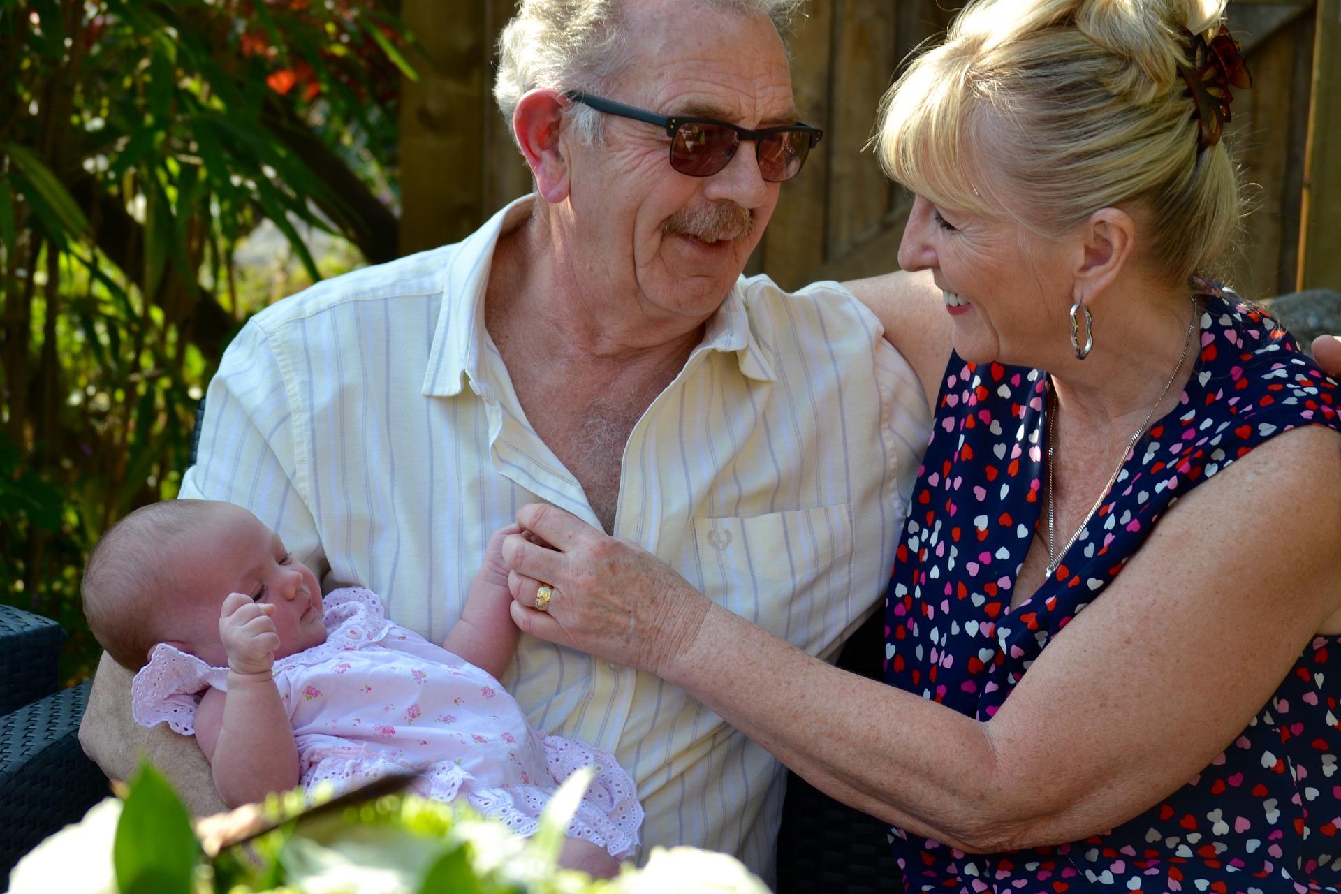Grosseltern mit Baby im Arm