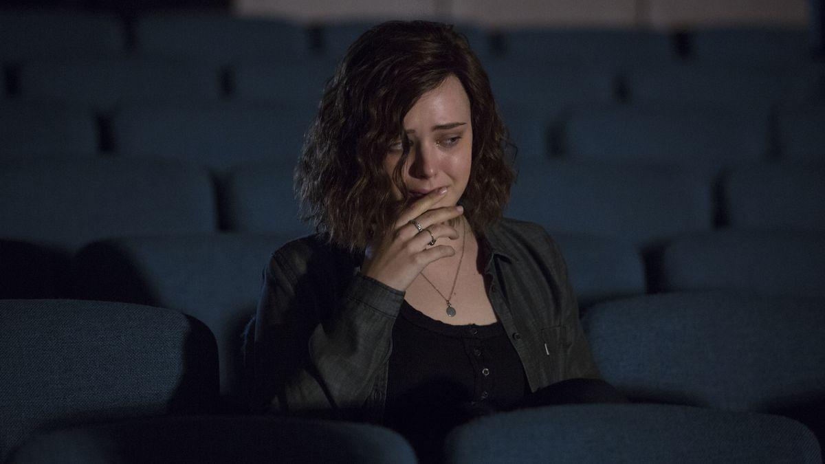 Hannah Baker (Katherine Langford) sitzt traurig und alleine in einem Kino