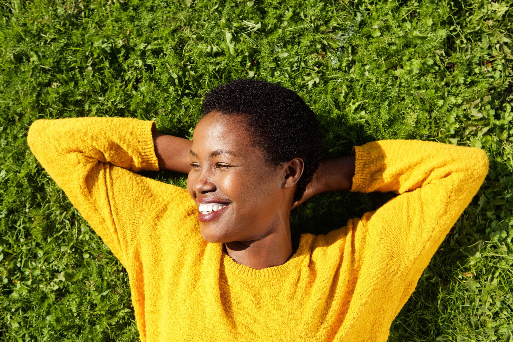 Glückliche Frau liegt auf Gras