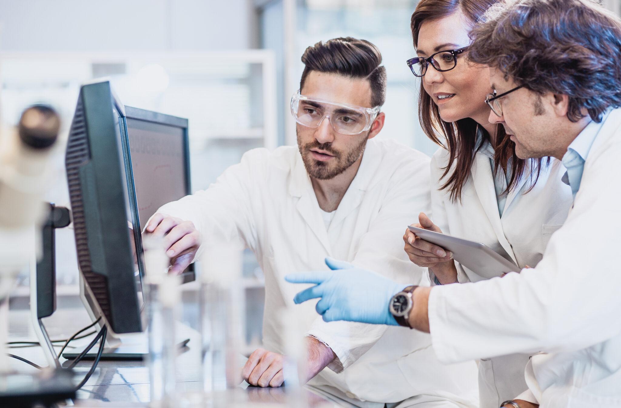 Forscher, die diskutieren und Ergebnisse besprechen