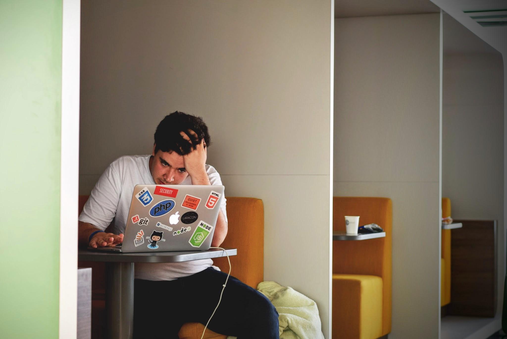 Der Stress am Arbeitsplatz hat zugenommen – besonders stark bei den unter 30-Jährigen.