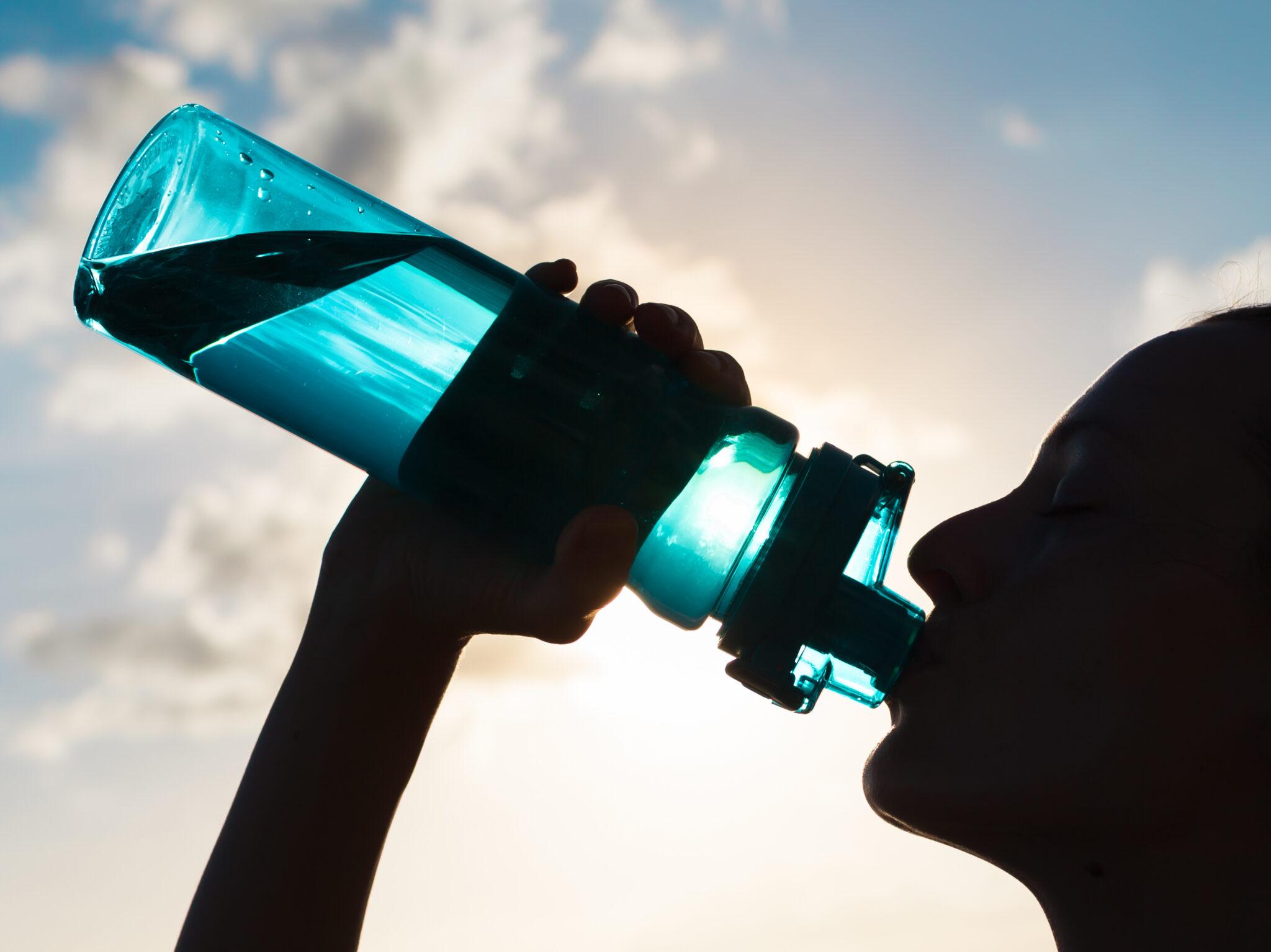 Frau trinkt aus Flasche