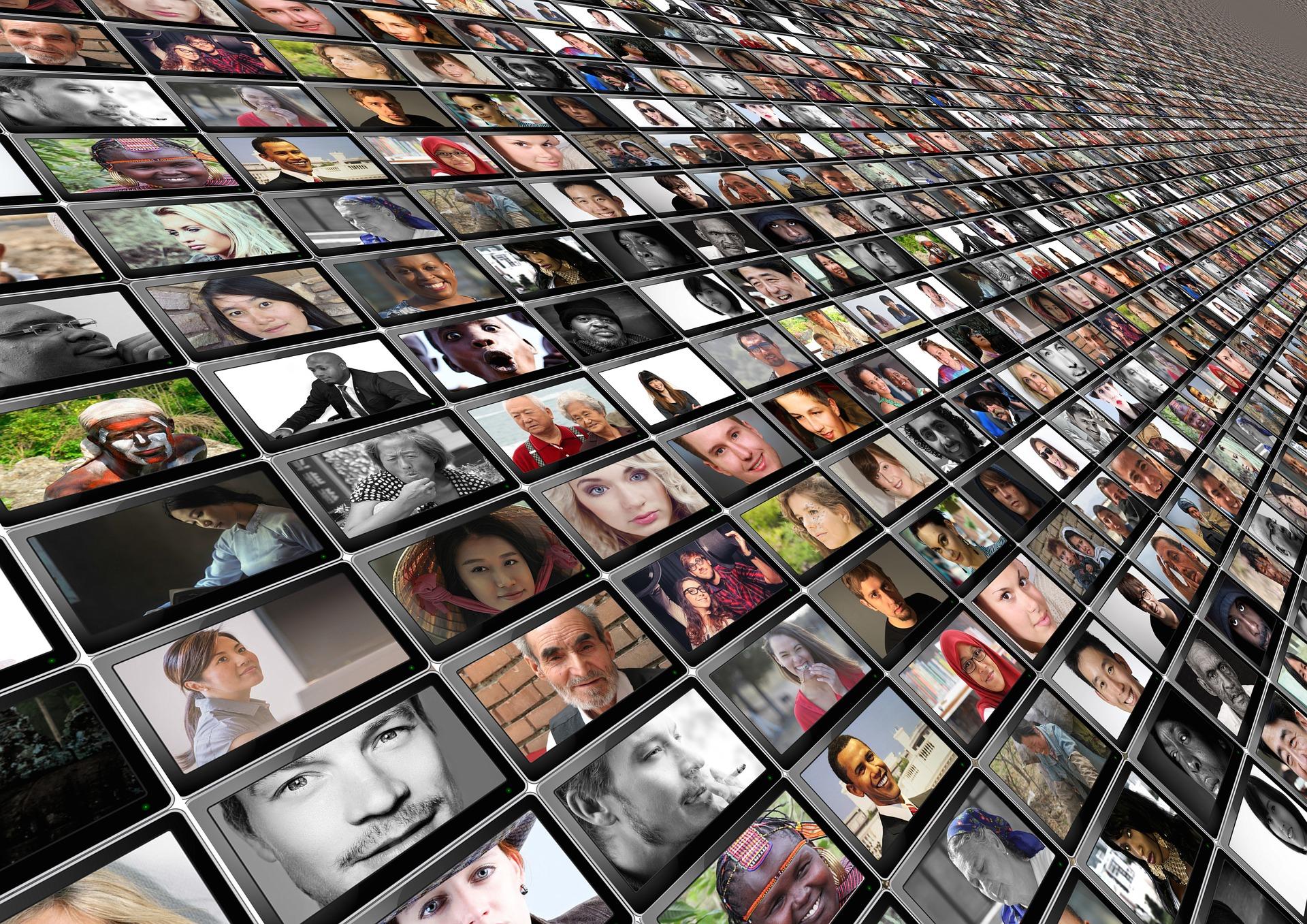 Viele kleine Bildschirme mit Portraitbildern verschiedener Menschen darauf.